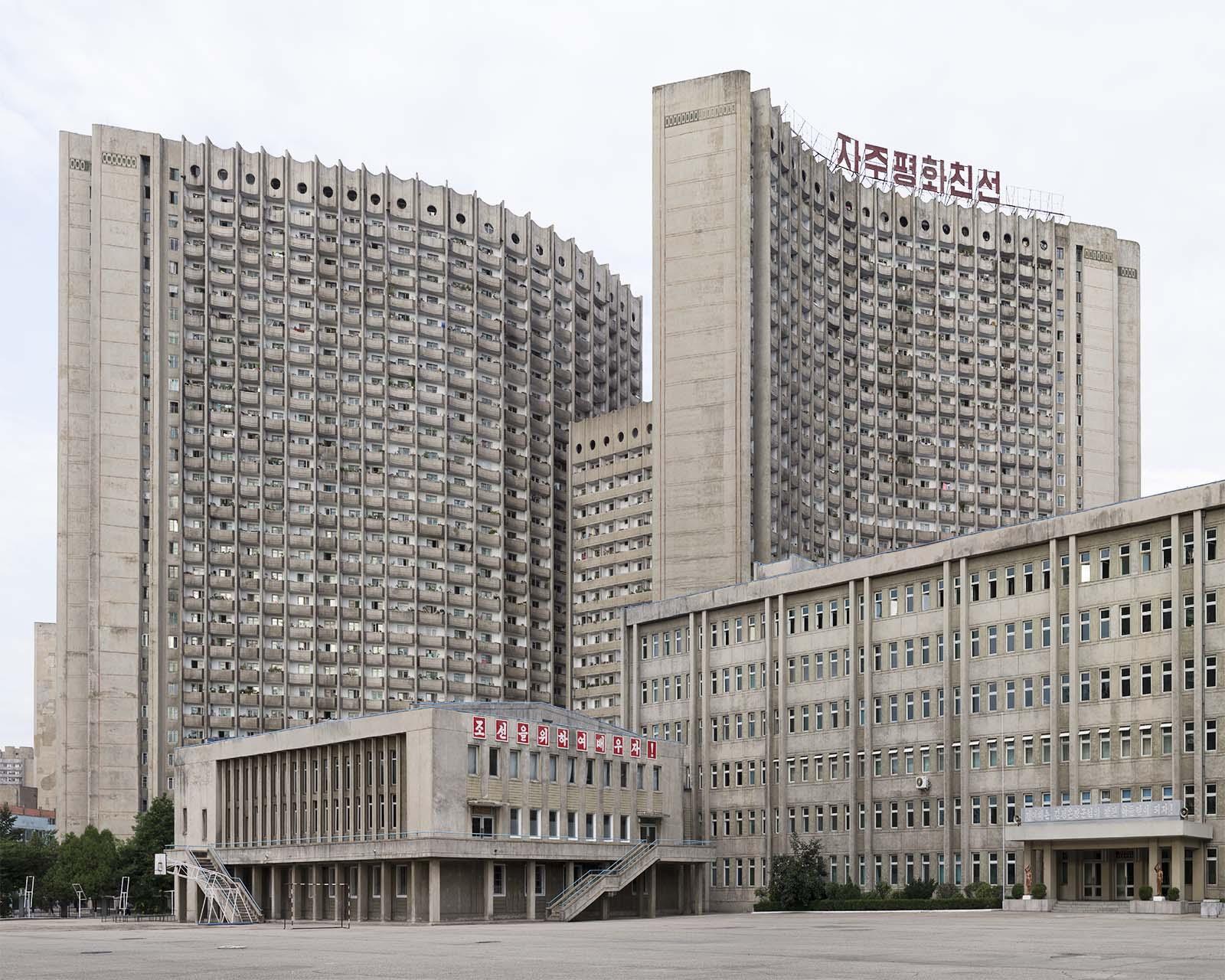Schulgebäude und Wohnhaus