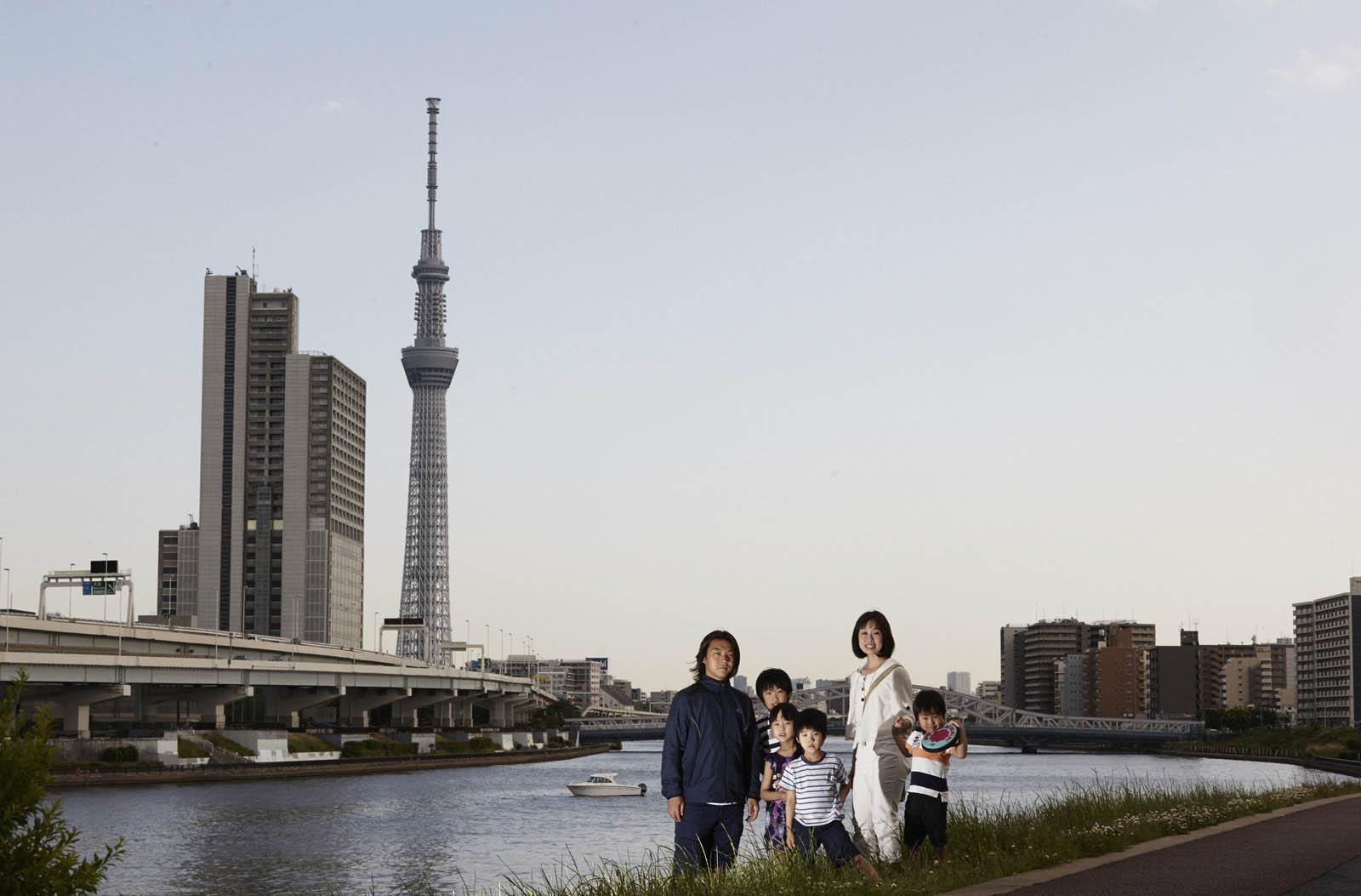 Familie Ookoshi vor dem Tokyo Sky Tree