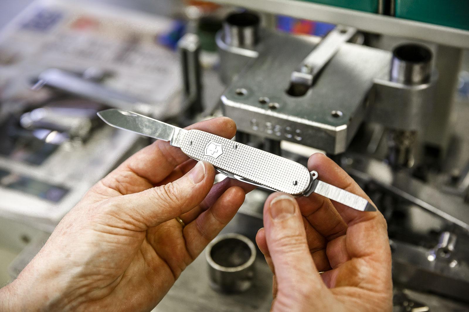 Zusammensetzen eines Schweizer Taschenmessers