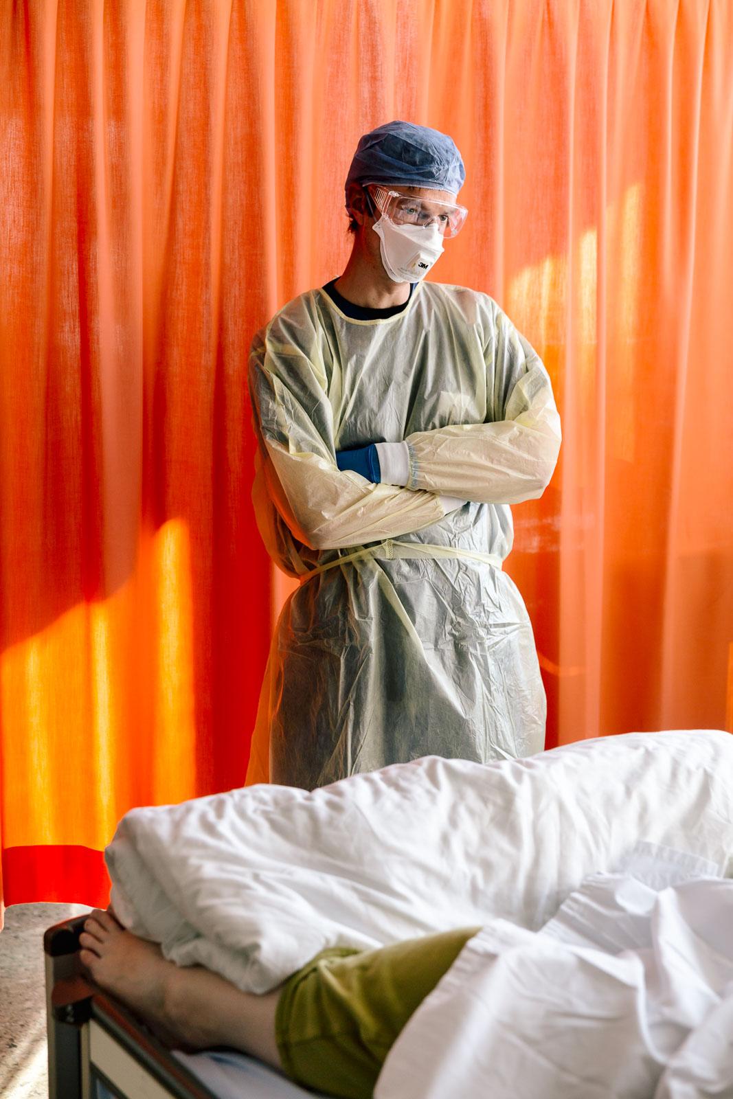 Oberarzt vor dem Bett seiner Patientin