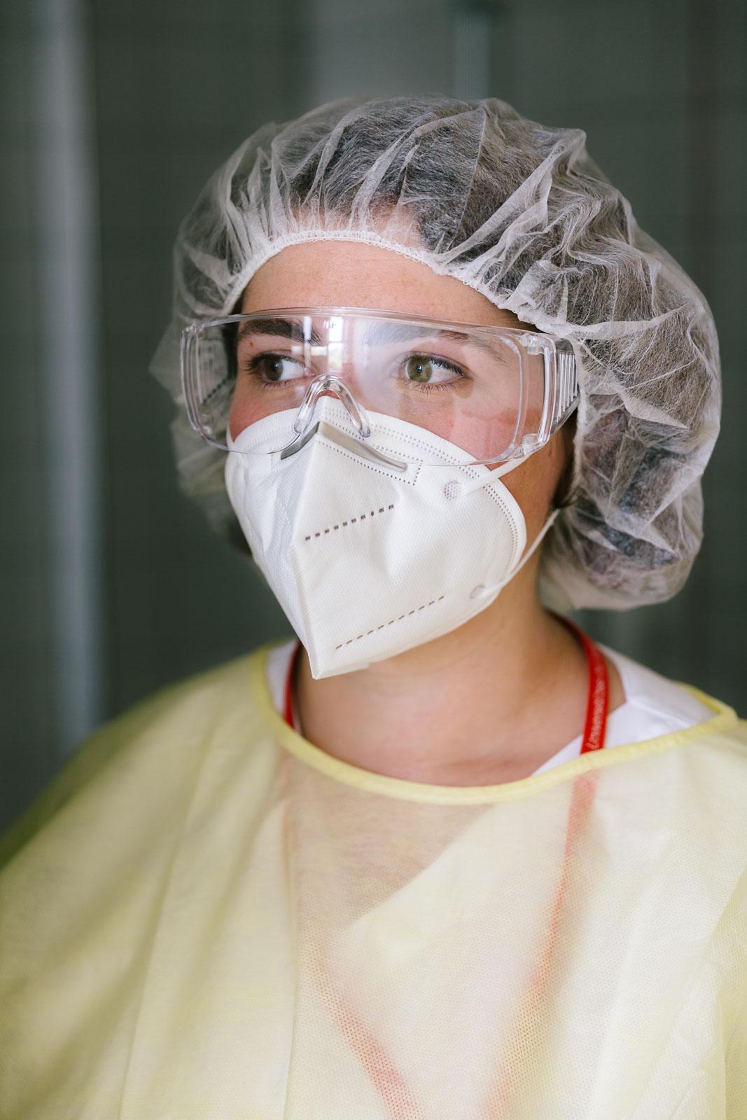 Pflegefachfrau in einem Isolierzimmer