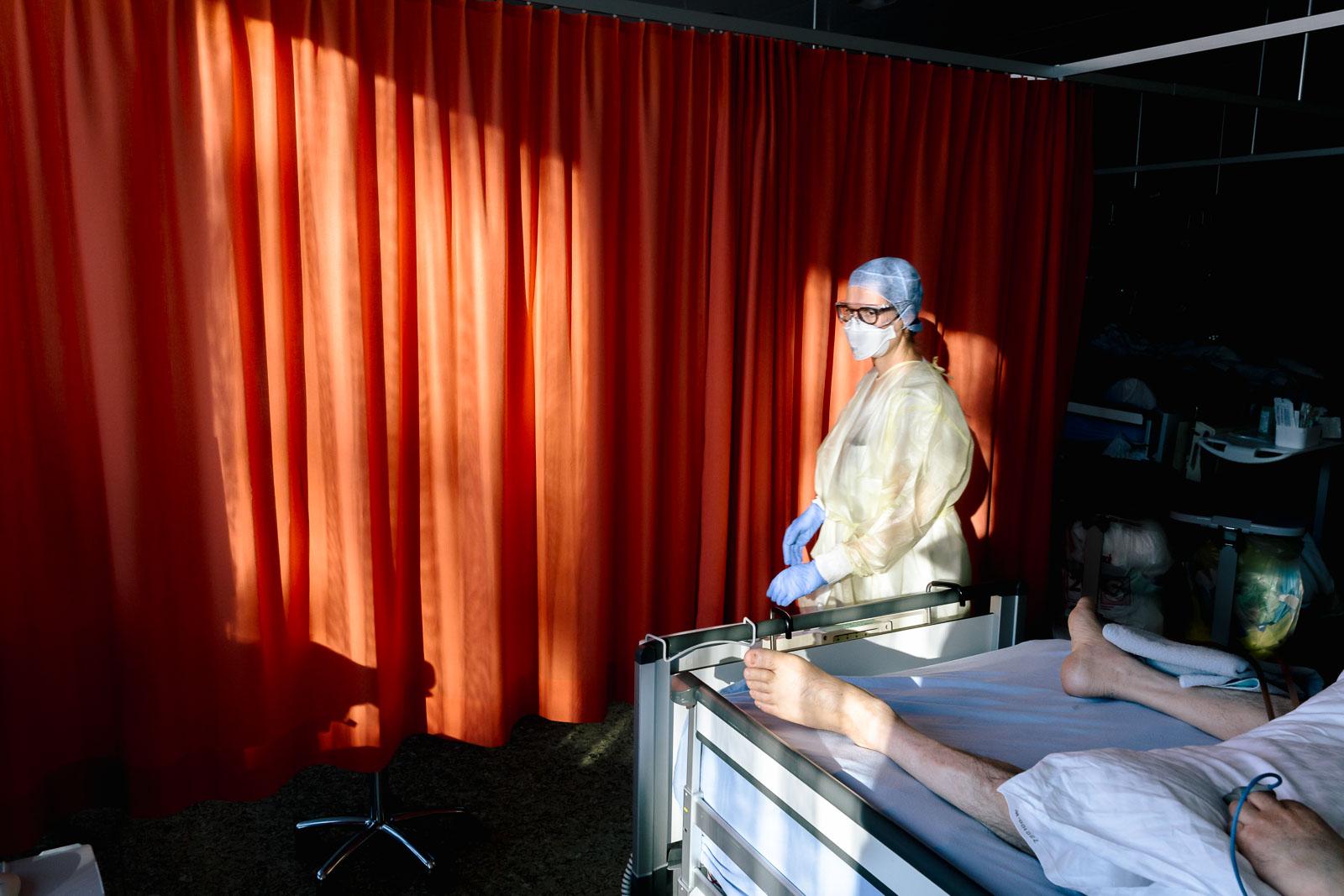Intensivpflegefachfrau in Schutzkleidung