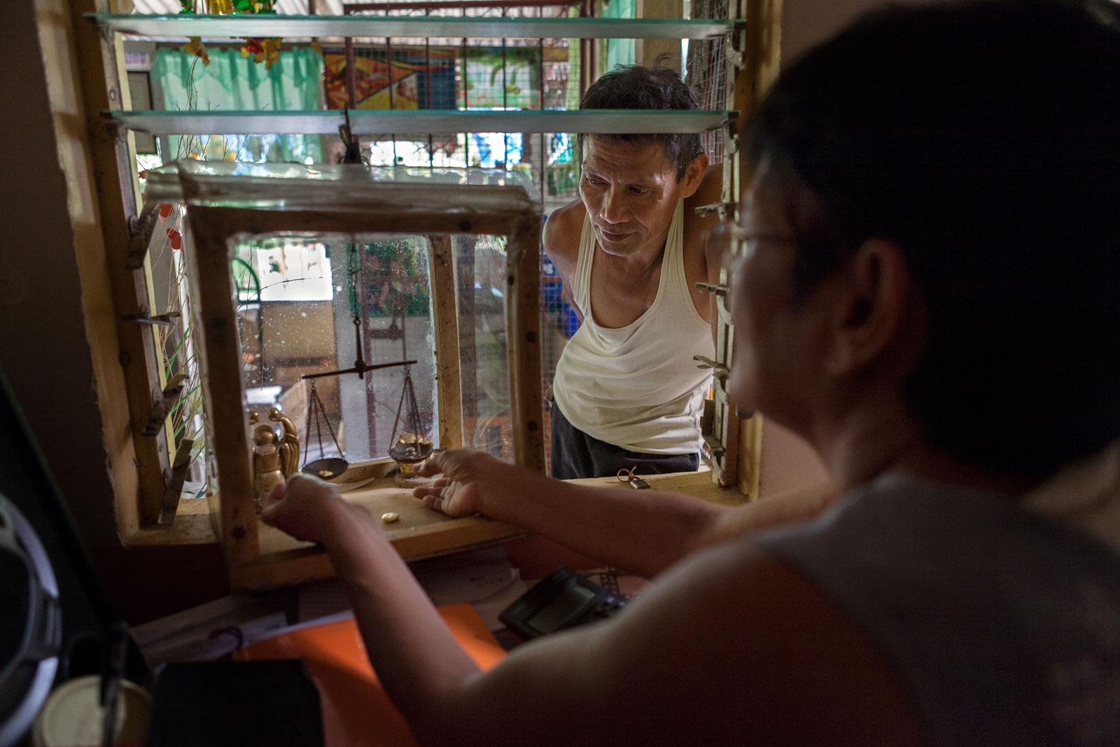 Elsie Villaflores, Kioskbesitzerin und Goldverkäuferin