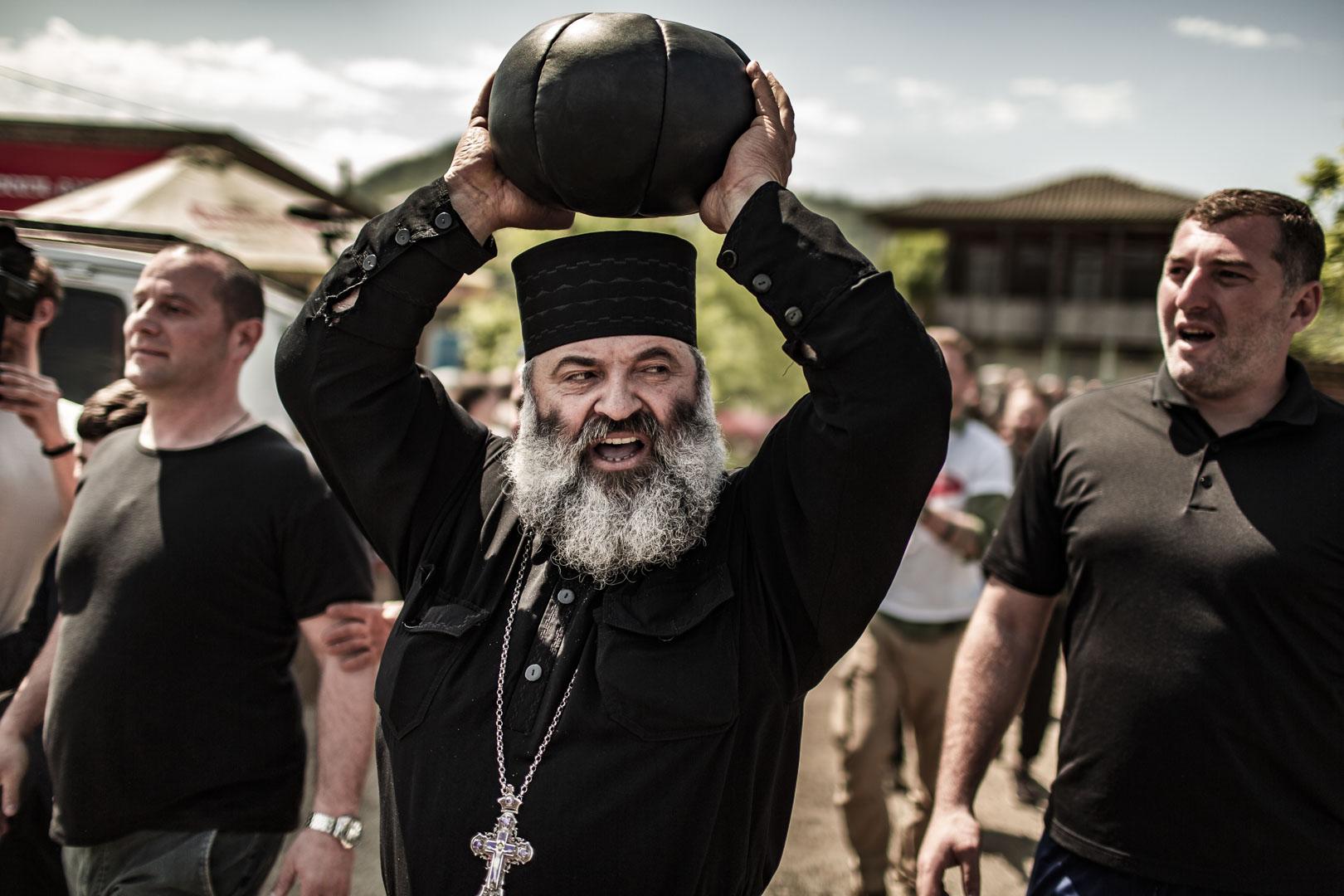 Der örtliche Priester mit Spielball