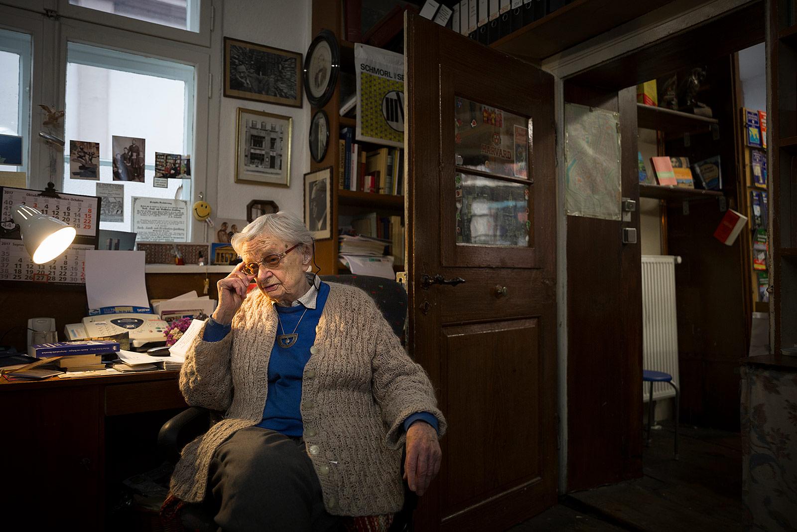Helga Weyhe, Buchhändlerin
