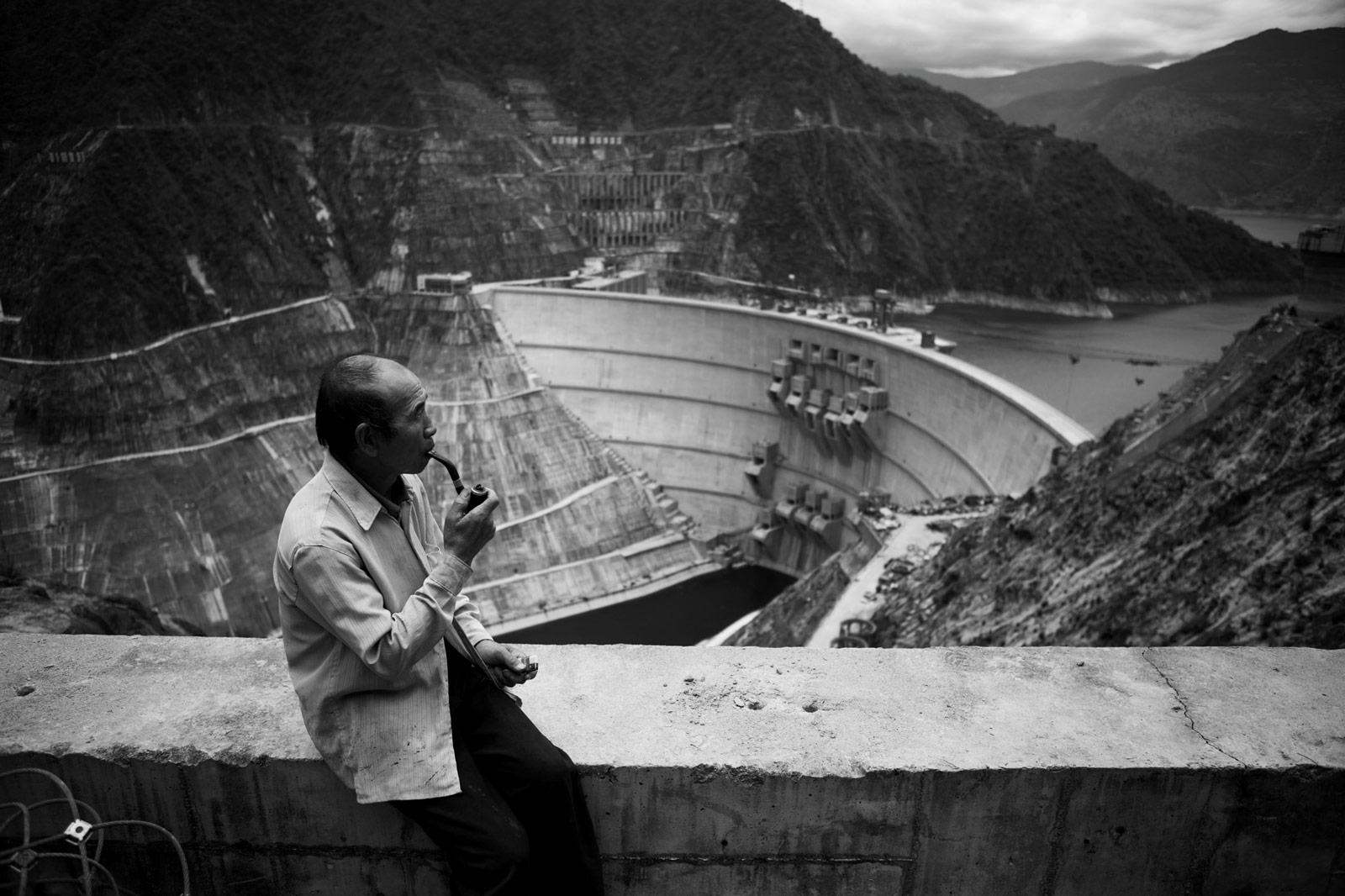 Bauarbeiter vor dem Xiaowan-Staudamm