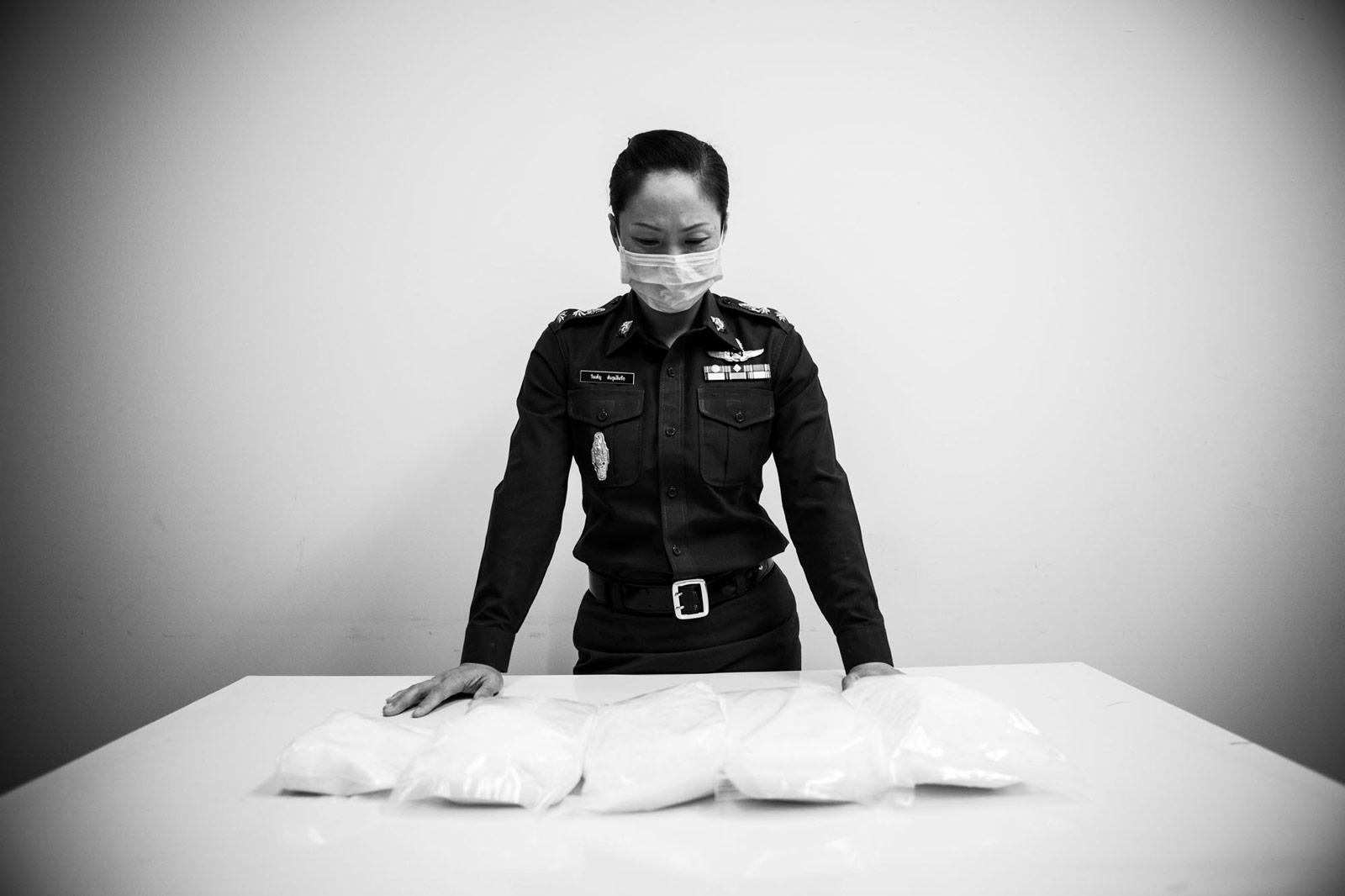 CSI-Polizistin mit beschlagnahmten Drogen
