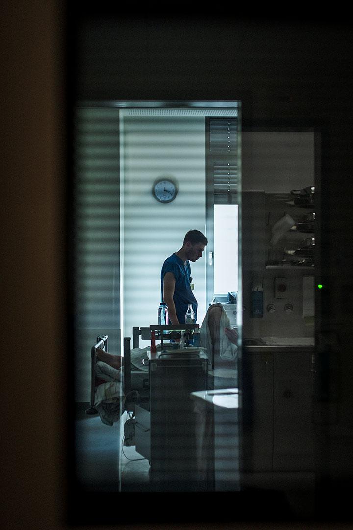 Pfleger in einem Patientenzimmer