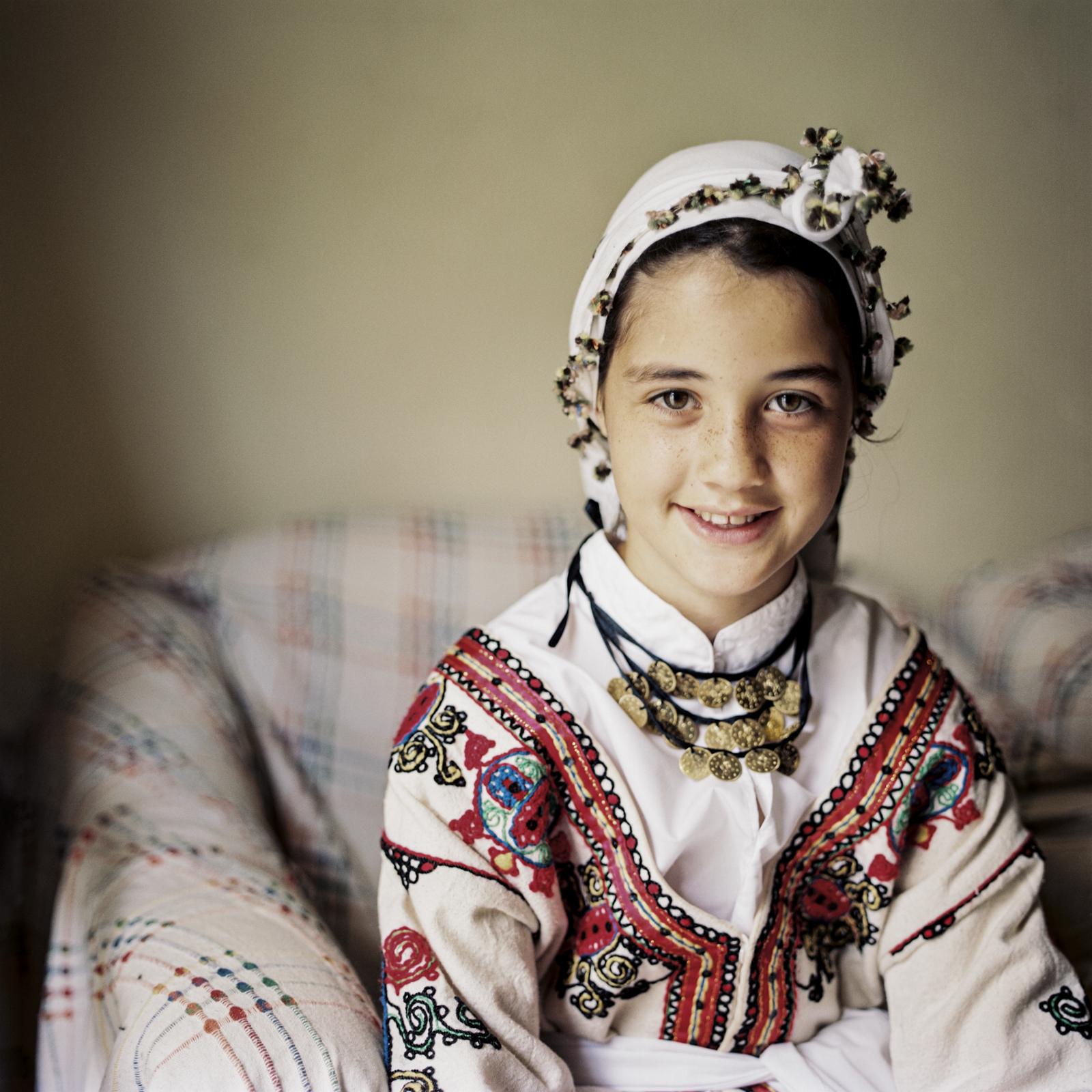 Enil (11J.) im Haus ihrer Grossmutter in Bellapais, Nordzypern.