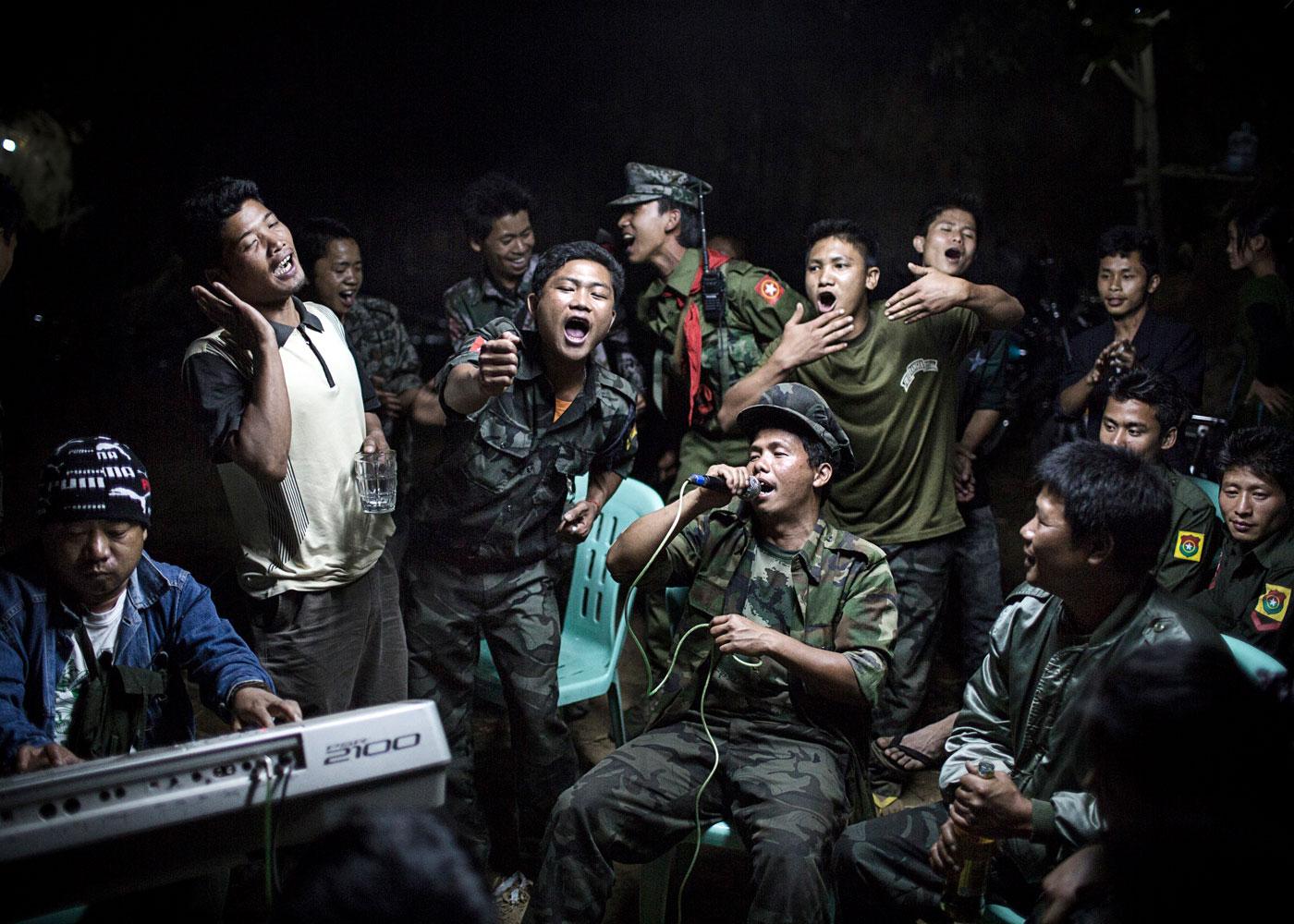 Kämpfer der Unabhängigkeitsarmee feiern bei der Beerdigung eines ihrer Kommandeure, Burma ©Julius Schrank