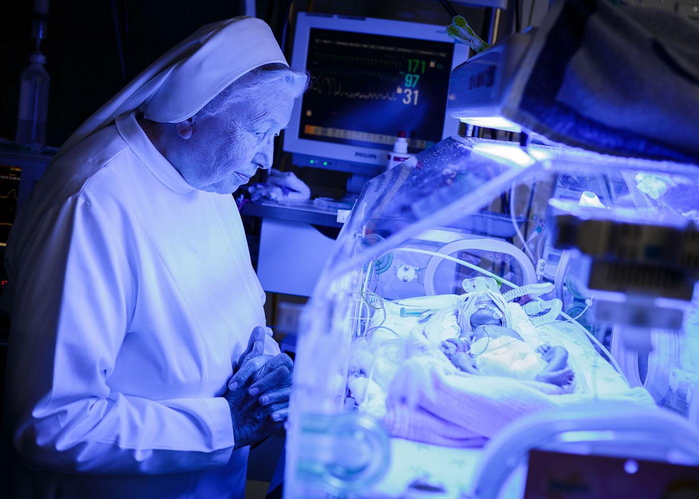 Nonne auf der Intensivstation im Elisabethen Krankenhaus, Lörrach © Fabian Fiechter