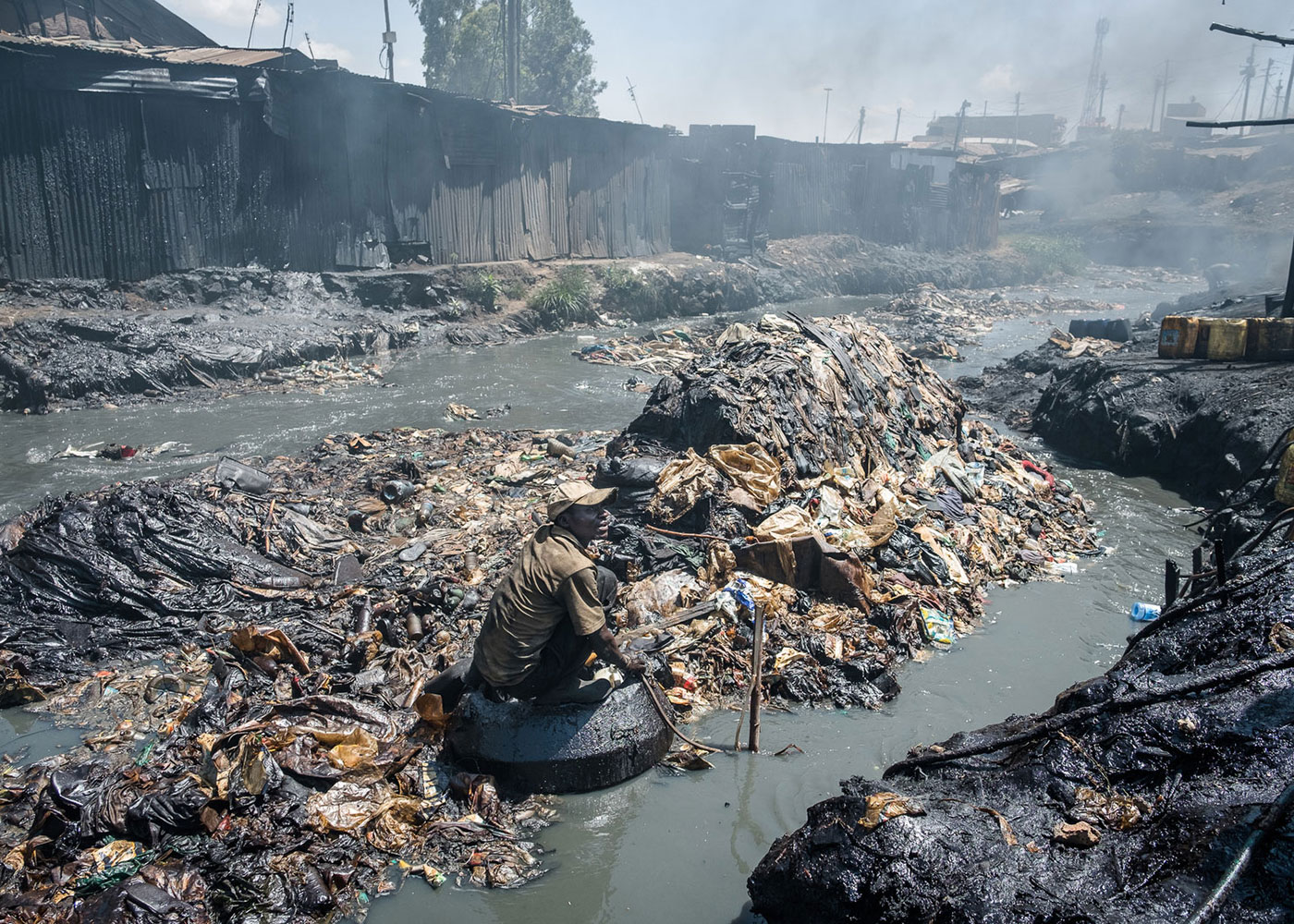 Changaa Boy, leben in einem der größten Slums Nairobis, Kenia © Bernd Hartung