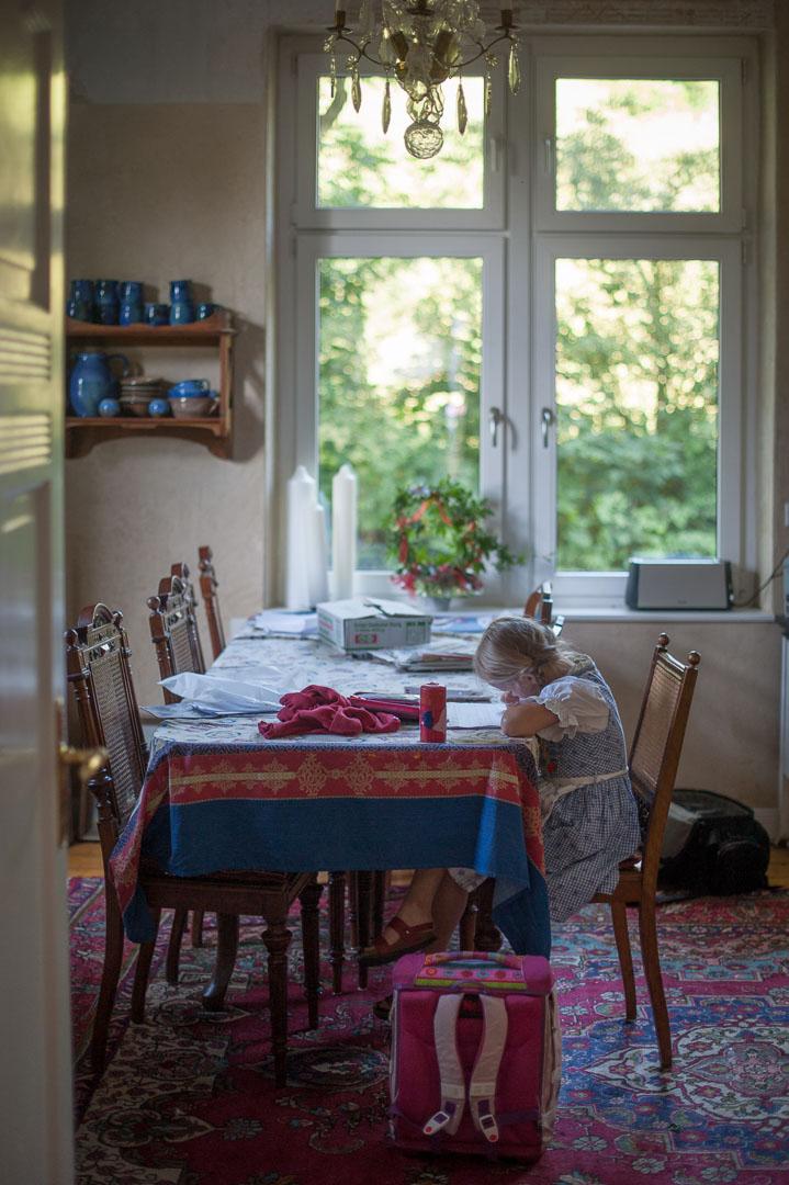 Clara am Esszimmertisch, 2011