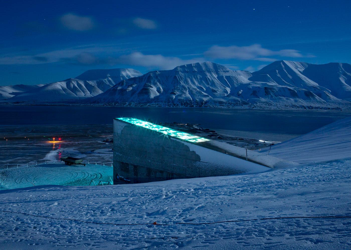 Svalbard Global Seed Vault © Lucas WahlDie Svalbard Global Seed Vault außerhalb der Stadt Longyearbyen. In der unterirdischen Anlage im Permafrost, lagern über eine Million Nutzsamen aus aller Welt. Hier wird demnach über 13.000 Jahre landwirtschaftlicher Geschichte aufbewahrt. Longyearbyen, Spitzbergen, Norwegen, 2018