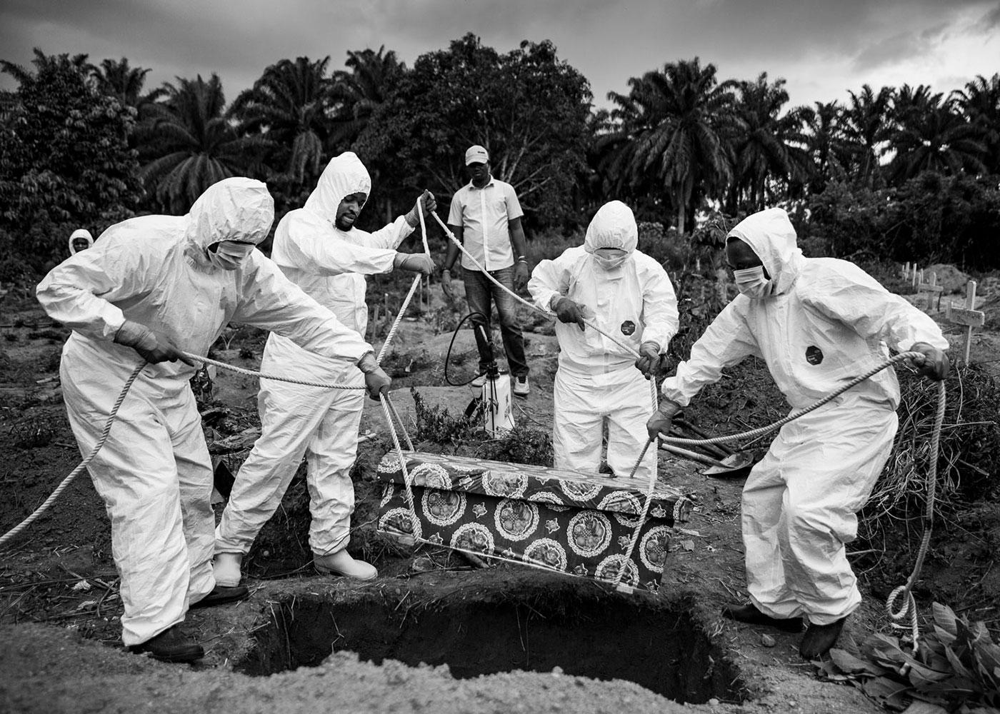 Beerdigung eines Babys, das Vermutlich Ebola hatte, Congo © Jonas Wresch