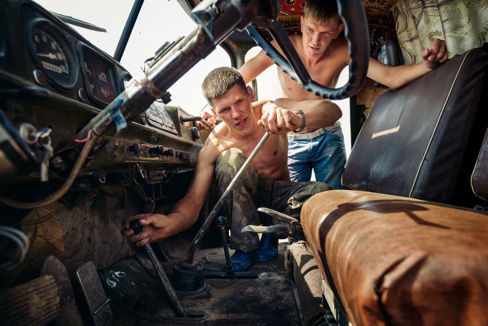 Junge Männer reparieren einen LKW, Litkowa