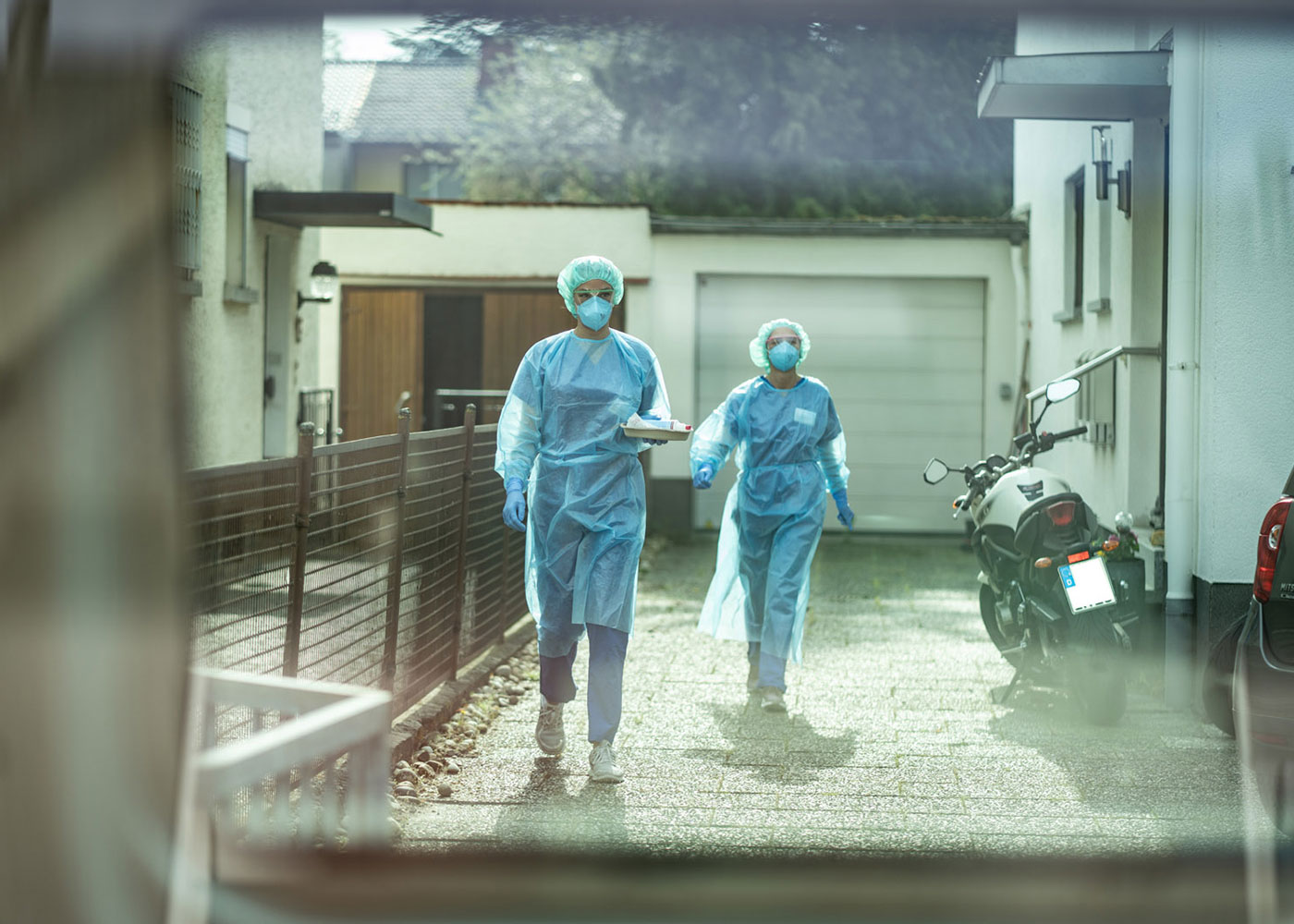 Mediziner betreuen ein Covid 19-Patienten in seinem Haus © Peter Jülich