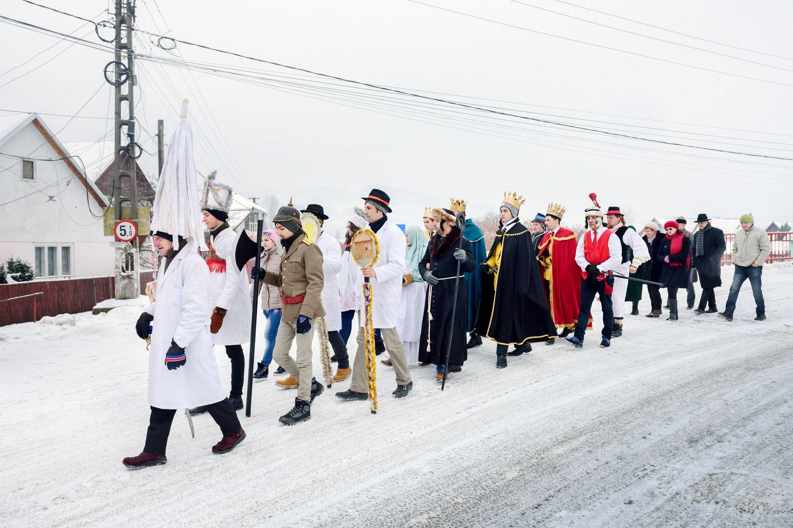 Zipser auf dem Weg in die katholische Kirche, Viseu de Sus, Karpaten