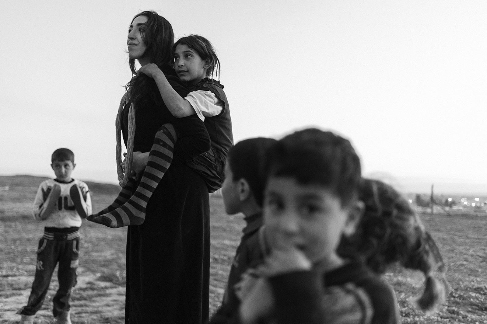 Proben und Filmaufnahmen zu Orestes in Mossul. Susana Abdulmajid mit irakischen Kindern beim Dreh. Mossul, Irak.