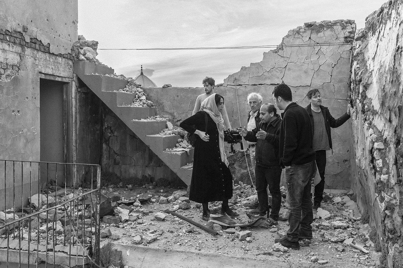 Das Team um Milo Rau bei Proben und Filmaufnahmen zu Orestes in Mossul in den Trümmern in der Altstadt. Mossul, Irak.