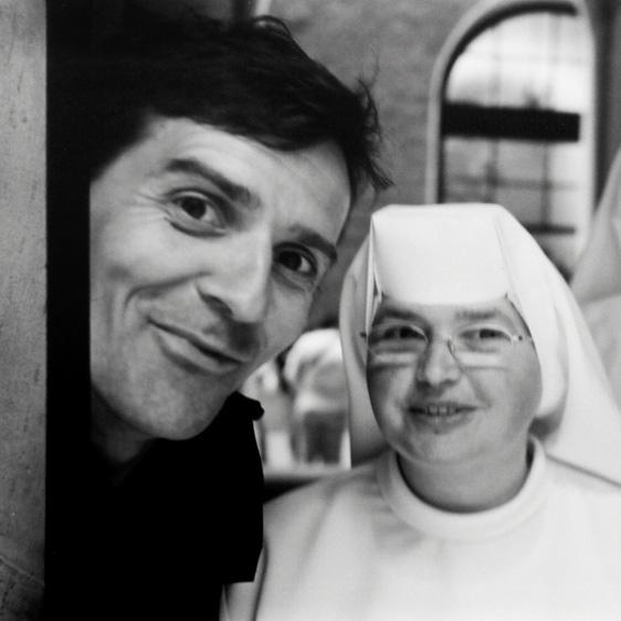 Bernd Hartung mit Nonnen in der Küche der Schweizergarde im Vatikan