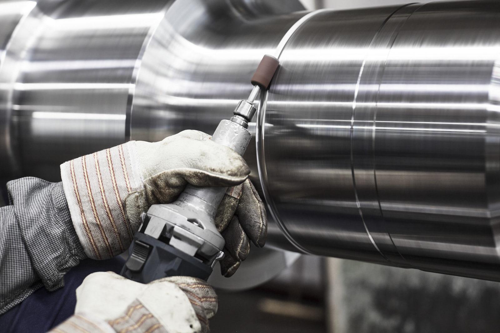Bearbeitung einer Stahlwalze mit der Handschleifmaschine
