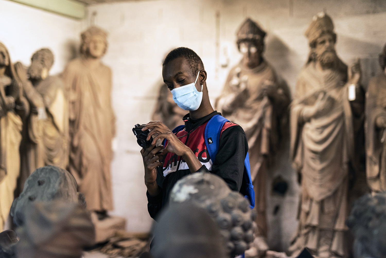 Demba fotografiert, geistig behinderter Junge aus dem EWI Ganzau, Foto-Workshop in Straßburg, 2020.Demba is taking photos, young mentally disabled boy from the IME Ganzau, Photo workshop in Strasbourg, 2020.