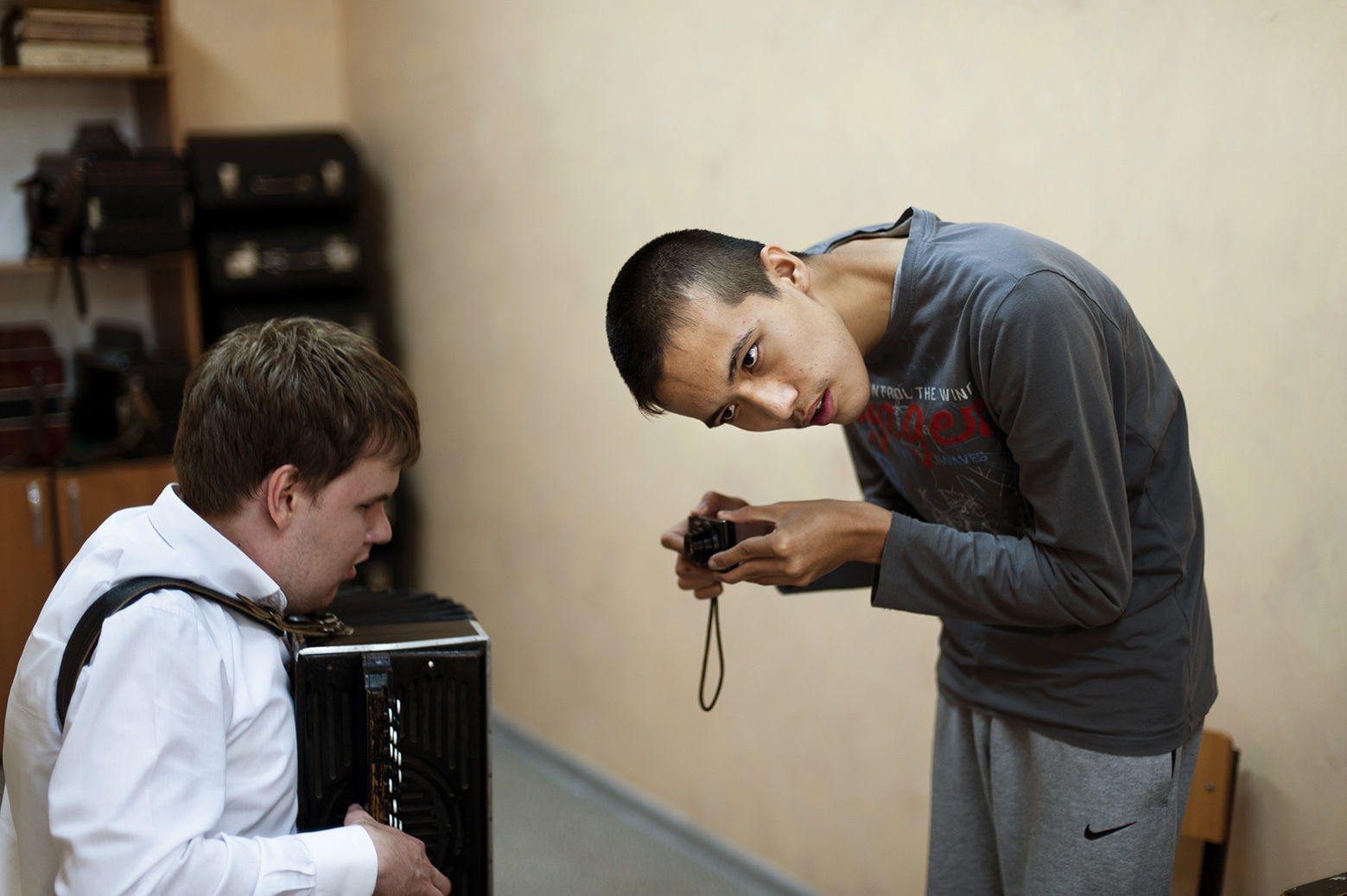 Faruh fotografiert, blinder Junge, Workshop in Almaty (Kasachstan), 2017.