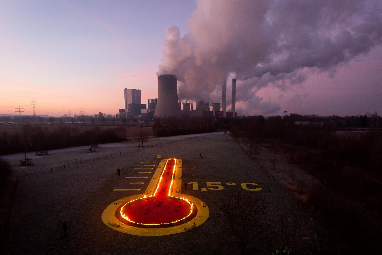 Protest für mehr Klimaschutz und die Einhaltung des 1,5 Grad Ziels vor dem Braunkohlekraftwerk Niederaussem, 2019