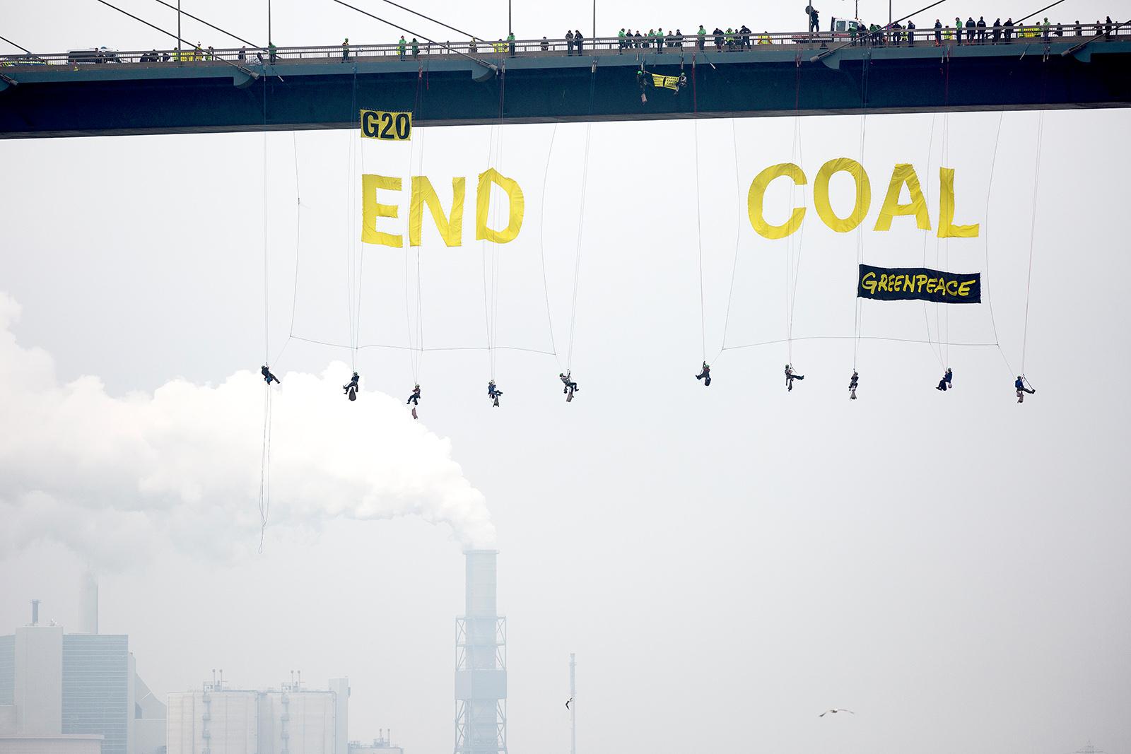 Banner unter der Hamburger Köhlbrandbrücke für einen schnellen Kohleausstieg der G20-Staaten. 2017