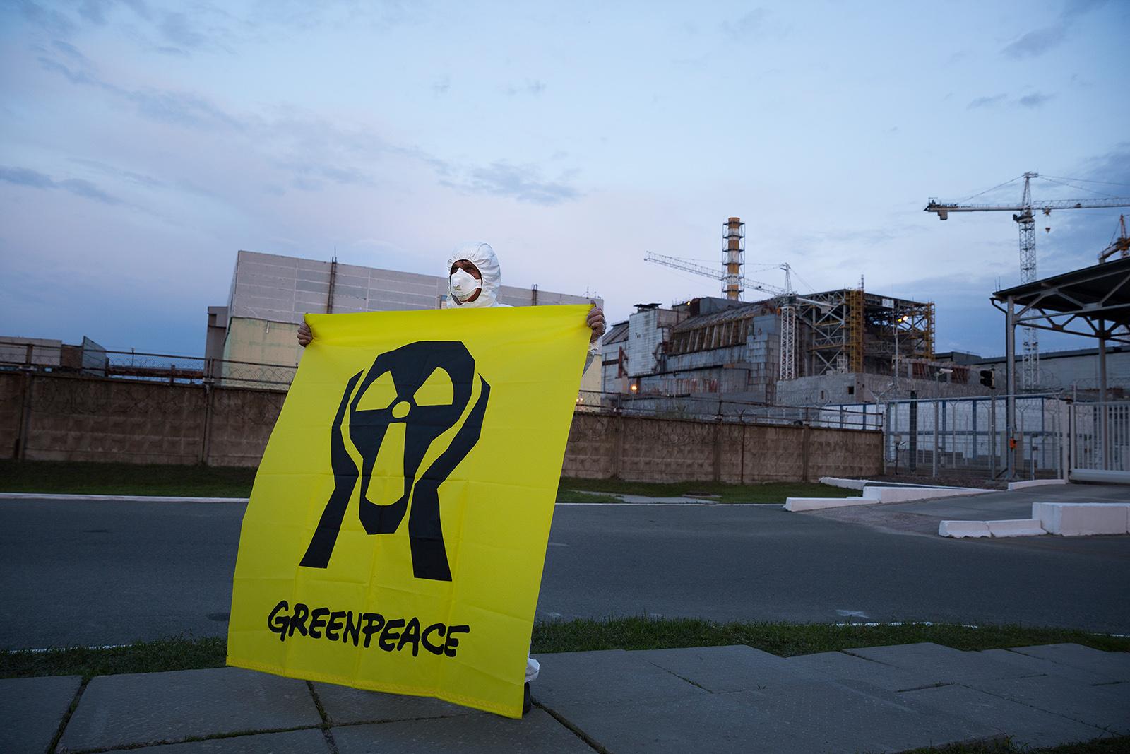Greenpeace-Aktivisten erinnern am 30. Jahrestag der Atomkatastrophe von Tschernobyl vor dem zerstörten Reaktor an die Opfer. Ukraine 2016