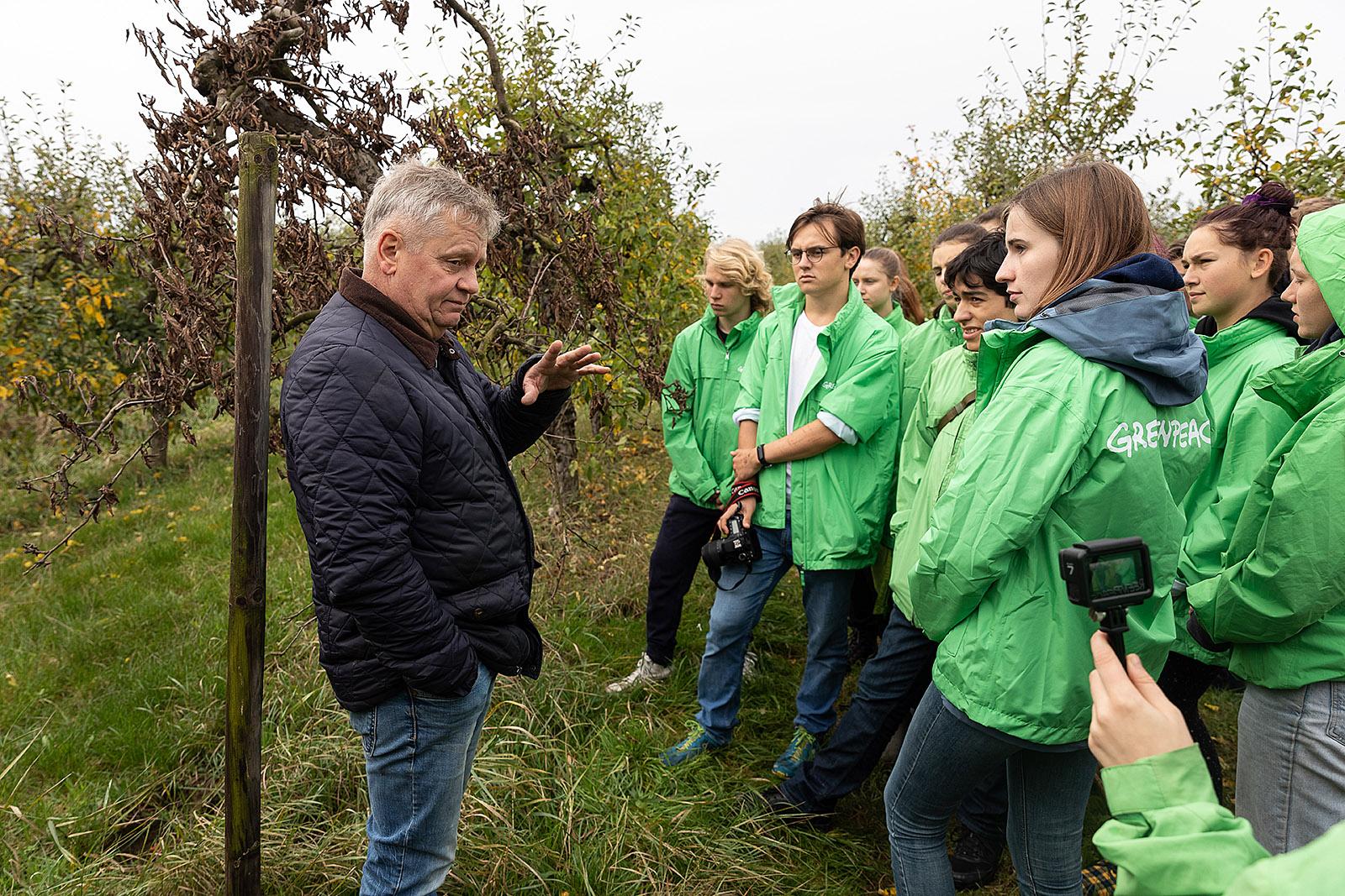 Greenpeace-Jugendliche im Gespräch mit dem Klimakläger Claus Blohm auf dem Bio-Obsthof der Familie im Alten Land bei Hamburg. Familie Blohm ist direkt von der Erderwärmung betroffen und hat mit zwei weiteren Familien und Greenpeace e.V. eine Klage gegen die Bundesregierung eingereicht. 2019