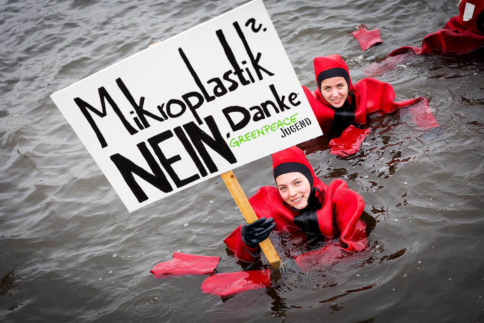 Greenpeace-Jugendliche protestieren in der Hamburger Alster gegen Mikroplastik in Kosmetikprodukten. 2016
