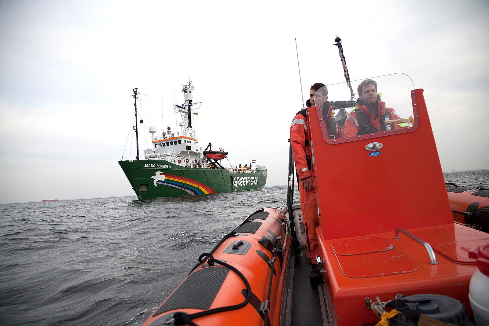 Das Greenpeace-Schiff Arctic Sunrise wartet auf der Nordsee vor Rotterdam auf einen Tanker mit Erdöl aus der Arktis. 2014