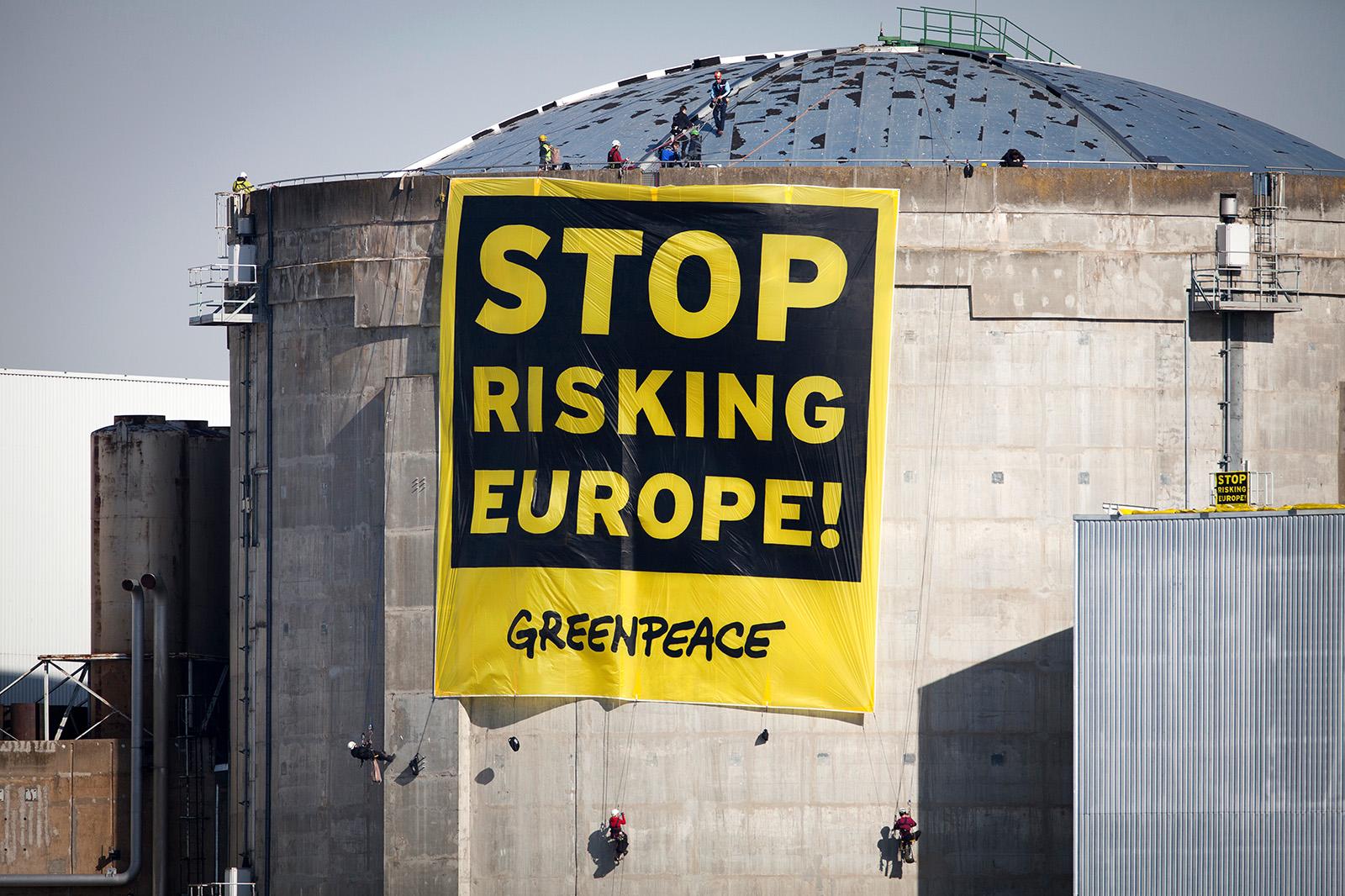Greenpeace-Aktivist*innen protestieren gegen den Weiterbetrieb alter Atomkraftwerke in Europa. 2014