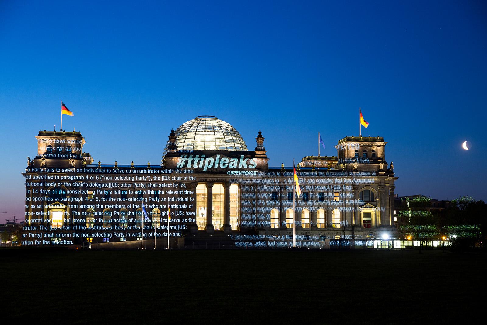 Projektion von bislang geheimen Verhandlungstexten des transatlantischen Handelsabkommens TTIP auf den Reichstag in Berlin. 2016