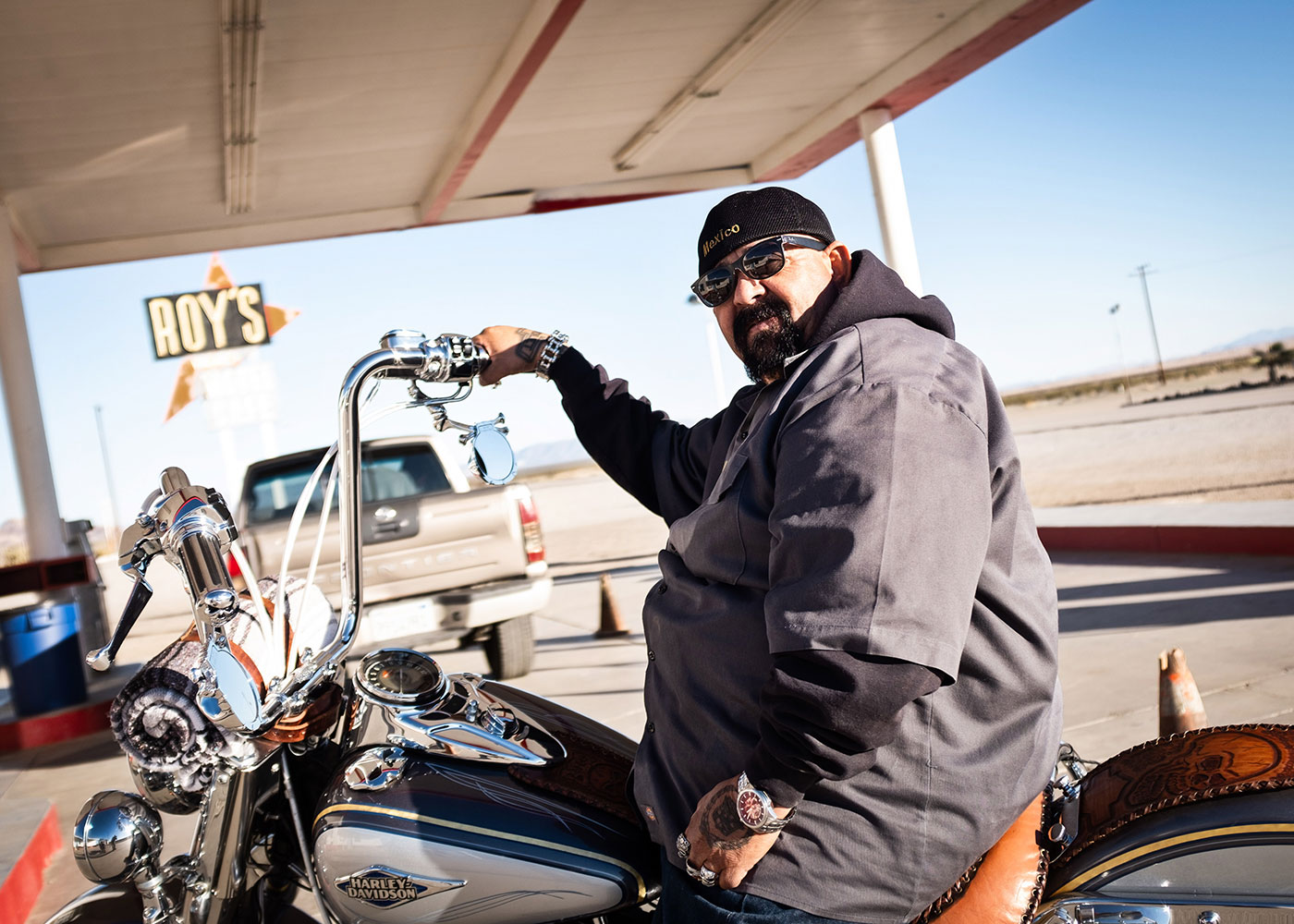 Manny Lopez mit seiner Harley Davidson, Roy's Motel and Cafe, Amboy, California, USA